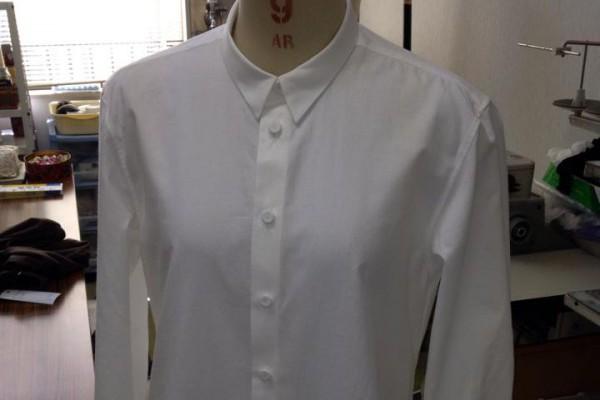 このシャツは普通のシャツと違う点が隠れています。裾がどうなっているのでしょうか?