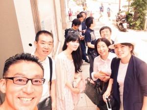 麺や七彩で並んでる図 photo by 倉ちゃん